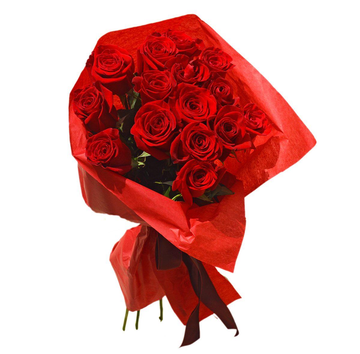 Buket crvenih ruža sa ukrasnim papirom